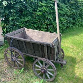 En gamle svensk trækvogn Godt med patina Kan køre, dog meget forsigtigt Har stået til pynt i haven Hentes i Greve