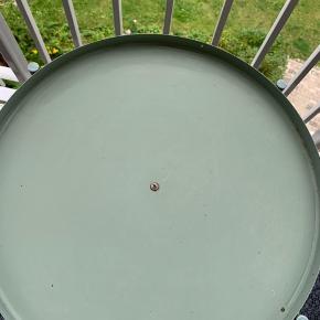 Ikea bord i lakeret metal Lidt rust pletter på, men ikke gået i stykker Ø 44 cm H 54 cm