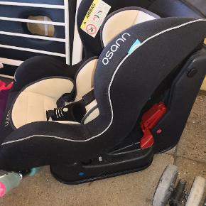 Rigtig god autostol fra mærket Osann. Nypris 999kr. Brugt men stadigvæk god, kan lægges lidt ned så helt små børn kan være i den.