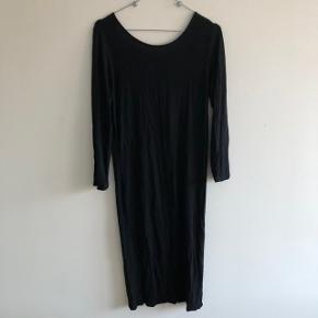 Knælang kjole med dyb ryg i bomuld/polyester kvalitet   Mærke: Vero Moda  Str: M  Farve: Sort  Stand: brugt en enkelt aften