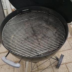57 Ø Weber kuglegrill med tilbehør såsom 1,5 pose heatbeads grillkul, halv pose almindelig kul, 2 stk el grill starter, 1 stk almindelig weber grill starter, 2 stk kul holder.