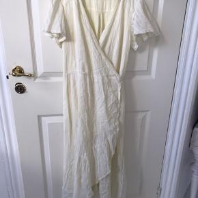 Smuk slå om kjole med glimmertråd