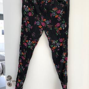 Bukserne er sat under god men brugt, da jeg ikke syntes den sorte farve er helt klar som da jeg købte dem. Ses kun i elastik ved livet.