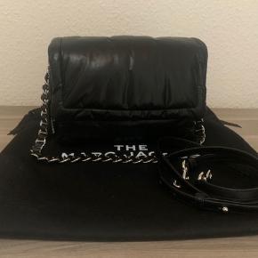Helt ny Marc Jacobs pillow bag. Tasken er i rigtig lækker sort lammeskind. Medfølger lang rem, dustbag, mærker og kvittering. Købt hos phigo shop sidste måned. Nypris 4495 kr.
