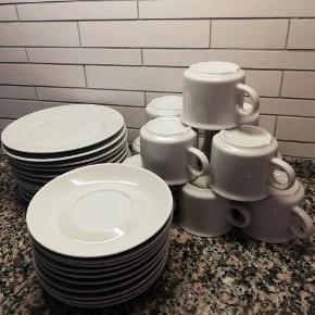 Hvid studio 11 dessert tallerkener 10 kopper m/ underkrop 100,- Sender ikke