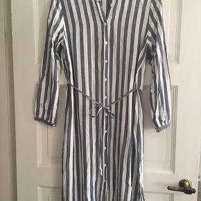 Fin lang tunika / kjole med striber fra VILA. Str 44 - men er lille i størrelsen så vil passe en str 42.