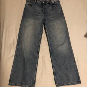 Jeg sælger disse populære monki yoko jeans i farven mid blue - de er brugt 3 gange, men sælges nu grundet større vægttab. Brugt få gange, vasket 1 gang.  Str 31