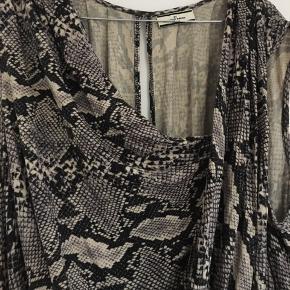 Fin kjole i snakemønster i det blødeste stof. Drapering foran.   Kan bruges simkort kjole, tunika eller top. Fejler intet.