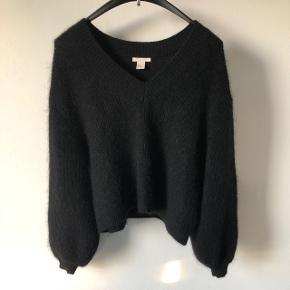 Oversize sweater med posede ærmer og v-hals