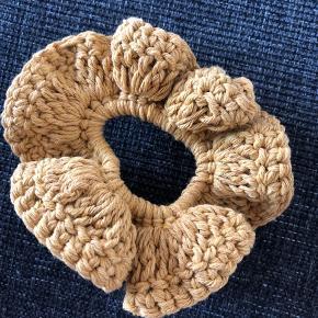 Hæklet scrunchie.   Denne er lavet med 100% genanvendt bomuld.  Karrygul.  1 stk 15kr  2 stk 25kr 3 stk 35kr