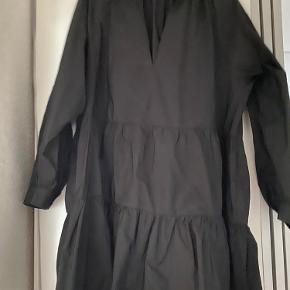 Super fin kjole fra Zara - 100% polyester.  Størrelses svarende.  Sender ikke flere billeder eller mål.