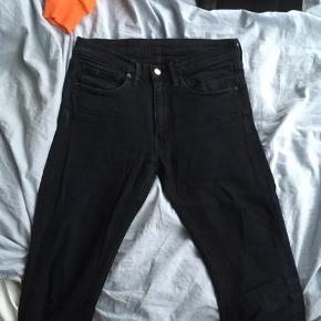 - Klassiske jeans fra levis i str W31/L34, men de er dog slimfit. - Nypris: 1000kr. - BYD!!!:)