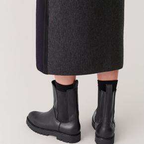 Mega fede støvler  fra cos i ko-læder. I rigtig flot stand og brugt meget lidt 🌸
