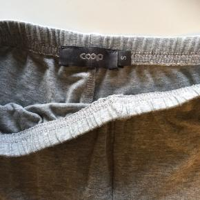 Shorts til under kjoler. 15 kr for begge.