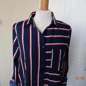 Flot   New Look Skjorte med lange ærmer  Ny*, de kan blive til 3/4 Ærme se billede 3 Farve: Marine/ grå/rød  Bluse sælges, med lange ærmer... (BYTTER IKKE)  Brystmål: 49x2  Længde: 72 Materiale: 100 % Polyester