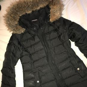 Sælger min Tommy Hilfiger vinterjakke, hvis rigtige pris opnås. Jakken er brugt 2 eller 3 vintre, men er passet godt på og derfor i rigtig god stand. Den går til lidt under numsen og er meget normal i størrelsen, samt dejlig varm i kulden. Kraven er i faux fur :-)