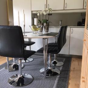 Velholdt hvidt spisebord inkl. 2 tillægsplader 😊