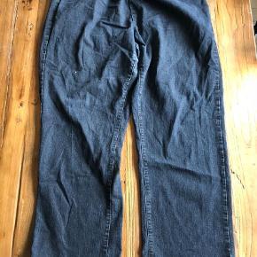 Varetype: Bootcut Farve: Blå Oprindelig købspris: 1000 kr.  Ikke ryger hjem.    2 par cowboybukser fra Zhenzi (Zizzi). Samlet pris for begge.  Det ene par er ikke så skrigblå, som de ser ud på billede 2. Nærbillede giver et bedre indtryk af farven.  De er ikke brugt super meget, men kan godt ses i skridtet, at de ikke er nye ;-) Har derfor taget nærbilleder af både skridt og det nederste af buksebenet bagpå.  De er i stretch materiale og super behagelige at have på.    Mål:  Vidde: ca. 48 x 2 cm. - 67 x 2 cm.  Længde: ca. 100 cm. fra talje og ca. 77 cm. fra skridt.    Tilbud på alle mine tøj annoncer:    Køb 4 stk. og betal kun for 3. Den billigste er gratis.     Køb 10 stk. og betal kun for 6. De 4 billigste er gratis.     Hvis der er flere stykker tøj på én annonce med en samlet pris, gælder de som et stk. ved samlerabat.       Jeg måler desværre ikke det billigste tøj. Ellers har jeg skrevet mål i annoncen. Men du er altid velkommen til at returnere og få dine penge igen - præcis som hvis det var købt i en butik ;-)