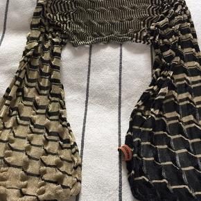 Smukt tørklæde, bliver aldrig brugt, derfor sælges det. Måler 1.75 i længden og 45 i breden Pris 500