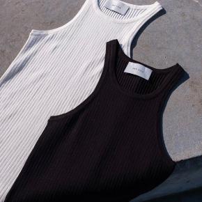Smuk bluse uden ærmer og med rund hals.   Almindelig tætsiddende, men har stretch i stoffet.   #Secondchancesummer   M: Omkreds bryst 62 cm /  Længde 59 cm