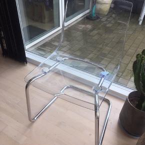 Transperant stol fra IKEA  Den har lidt ridser, men tror ikke, at det kan undgås  Kan hentes i Tilst