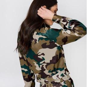 Silkelook skjorte i militær print. Størrelse 38 (M).  Brugt et par gange og fejler intet.