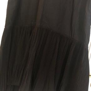 Flot lang kjole fra Cos med flotte plisseringer forneden.