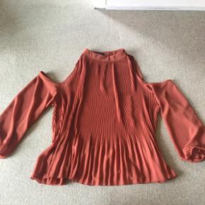Skjorte med hul til skuldrene i brændt orange. Super flot. Aldrig brugt.  Sender gerne - køber betaler fragt  BYD