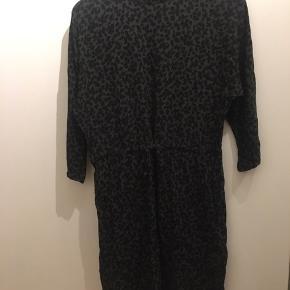 Sælger denne fine army grøn og sorte kjole str small fra mbyM.   Den har været brugt en gang og fremstår som ny. Desværre for lille. Fejlstr købt til mig.   Np 600kr. Sælges for 400kr uden fragt. Sender gerne eller kan også afhentes i Esbjerg Ø.   Har en masse der sælges billigt så tag gerne et kig på min salgsprofil