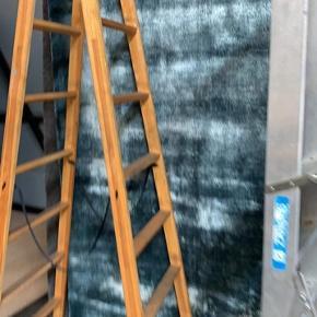 Fra Boconcept. Farven på tæppet er blåt ligesom på to af billederne. 100% viskose. Shiny look. Super smukt. Aldrig brugt. Stadig indpakket. Kan leveres i Herning, Silkeborg, Århus og København efter aftale. Ikke købt til lagersalg. Kvittering haves desværre ikke. Købspris: 6249 kr.