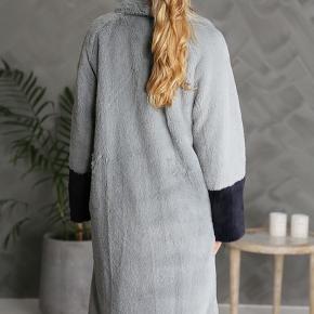 Model Dasha Cocoon - skøn fake fur.  Farven er gråblå.  Sløjfen/bæltet følger ikke med.  Bytter ikke