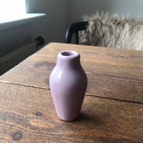 1 lille lilla vase sælges, fordi jeg ikke bruger den. Ukendt mærke. Helst gerne afhentning hos mig 🌸 eller så skriv, så finder vi ud af noget!