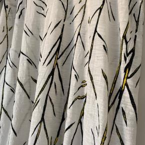 Klassisk flot bluse fra proenza, brugt 2 gange og er så god som ny.