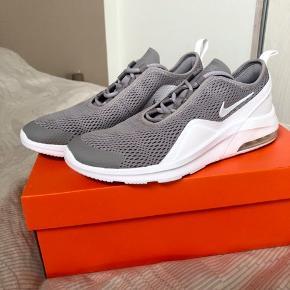 Super fede sneakers fra Nike, som sælges for min lillebror, da de er for små til ham. De er helt nye, og er kun prøvet på💛 Skriv endelig for spørgsmål og ellers byd!