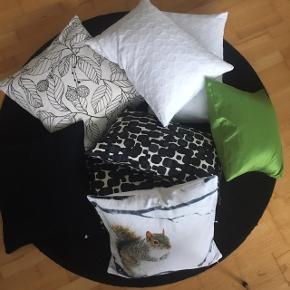 Blandede puder (alle med dun) og et sengetæppe i bomuld.  Sort pude 45x45 - IKEA.  Grøn pude 40x40 - Textil Centret.  Sort/hvid mønstret 55x35 - Textil Centret.  Hvide puder 60x38 - IKEA.  Sort/hvid mønstret pude 55x50 - IKEA  Pude med egern 50x45 - Sinnerup.  Sengetæppe 140x240 - IKEA.  Der medfølger 2 ekstra pudebetræk - IKEA.   Spørg for billede.  Alle puderne er ret nye og alle er dun/fjer. Betrækkene er alle nyvaskede og absolut uden huller. Alt fremstår som nyt.