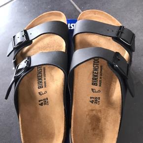 HELT NYE BIRKENSTOCK SANDALER: ARIZONA  Arizona er en ægte klassiker. Mode og funktionalitet kombineres i perfekt harmoni på denne elegante sandal. Den individuelt indstillelige rem på sandalen er fremstillet af holdbar Birko-Flor.  Den passer til en normal/bred fod   Str. 36: 23 cm Str. 37: 24 cm Str. 38: 24,5 cm Str. 39: 25,0 cm Str. 40: 26 cm Str: 41: 26,5 cm Str: 44: 28,5 cm  Der skal kun være ca par mm i enderne og max ialt 0,5 cm  Fast pris 450,- pp