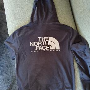 Hoodie med lynlås i mørkeblå fra the north face.  Aldrig brugt, kun prøvet på et par gange.  Bytter ikke