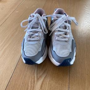 Adidas Magmur runner. Str 36 2/3, købt i vinters og er blevet brugt meget få gange. De er derfor i meget god stand, dog med lidt snavs på snørebånd, som jeg ikke har kunne få af og man kan selvfølgelig se at de er en smule brugt. Super gode og bløde at gå i. Nypris 900kr