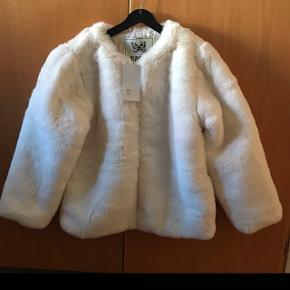 Smuk faux fur sælges str 12 år :) Helt ny stadig med mærke :)