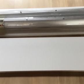2 Duraline svævehylder - pladerne er hvide. Beslaget er i alu look.  Måler 80 cm længde og pladen er 19,5 cm bred. Kan bære en vægt på 10-25 kg. Afhængig af hvordan du vælger at montere Skal afhentes