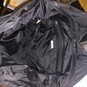 Sælger min DAY Birger et Mikkelsen taske. Den har været brugt et stykke tid, men fejler ikke noget.   Np:450,-  Jeg er åben overfor alle bud