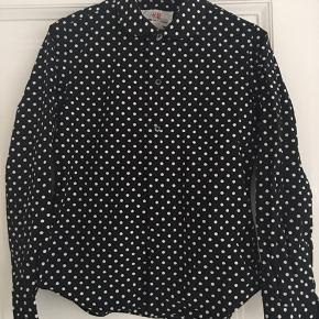 Prikket skjorte i str 36, designer af Comme des Garcon for H&M. Kun brugt en gang. Bredde ca 46 cm, længde foran ca 62 cm, længde ærmer ca 59 cm. Nypris ca 300. Sælges for 199