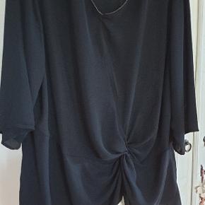 Tunika med smart knude detalje foran. Storpige str