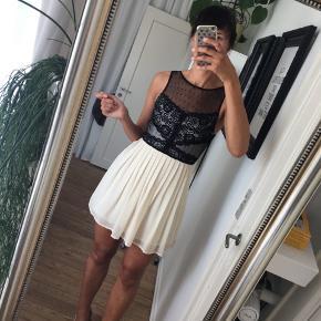 Aldrig brugt, super flot kjole med blonder og plisseret nederdel.  Sælges fordi den er for kort til mig. Str. S