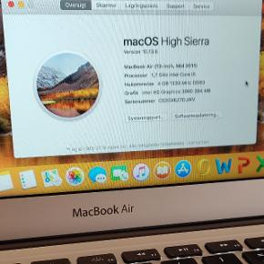 """MacBook Air, 13"""", 1.7 GHz, 4 GB ram, 128 GB harddisk, MacBook Air 13"""" årgang 2011, men først solgt/ibrugtaget i 2013. I meget pæn og velholdt stand men med et enkelt mærke/skramme omkring netstikket Opdateret til os x Mac High Sierra. Desuden er der installeret Microsoft Office på den. Med hurtig Intel i5 processor, 4 GB RAM, 128 GB SSD harddisk, indbygget WiFi, Bluetooth, FaceTime kamera og mikrofon. Ligeledes med baggrundsbelyst DK tastatur. Sælges med original Apple Magsafe oplader. Sælges billigt grundet følgende. Grundet en løs forbindelse til skærmen kan den finde på at vise striber, men ved at vippe med skærmen går det væk og alt virker normalt! Udover det er den stadig fint hurtig og lydløs og velegnet til både hjemme- og studiebrug. Batteri er nyere og holder fint strøm."""