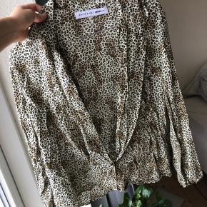 Smuk skjorte med Leo print fra Anine bings kollektion med gina tricot