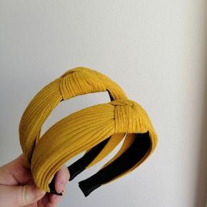 Hårbøjle KUN 40 kr. stk.   Kan bruges både af børn og voksne. Farven kan variere lidt fra billedet pga. lyset. Fast pris, ingen bytte.   Plus porto: 10 kr. Med PostNord.  33 kr. Med DAO.    Se også alle mine andre annoncer med smykker og hårpynt og accessories 😄🌸     Hårspænde hårbøjle hårbøjler Spænder pandebånd accessories smykker Hår pynt hårspænder hårpynt accessorie accessory