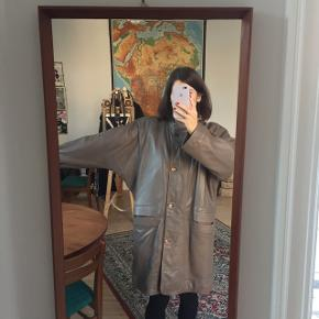 Fed vintage jakke i gråt læder. Virkelig god stand, ingen brugsspor. Fine lommedetaljer.Str. 40, kan bruges af str. S-L afhængig af hvilket look man ønsker. Lugtfri - fra røgfrit hjem.