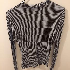Super fin bluse fra ZARA. Lavet af tyndt strik. Stribet sort og hvid med fine detaljer. Str. L.