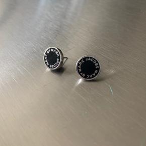 Sælger disse to øreringe fra Marc By Marc Jacobs. Ingen tydelige brugstegn.